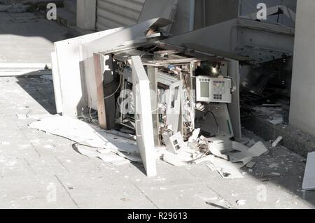 Distributeur automatique de la machine avec du verre brisé à la suite d'un vol Banque D'Images