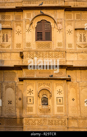 Pierre complexes sur une fenêtre à l'intérieur du fort de Jaisalmer dans le désert du Rajasthan en Inde Occidentale