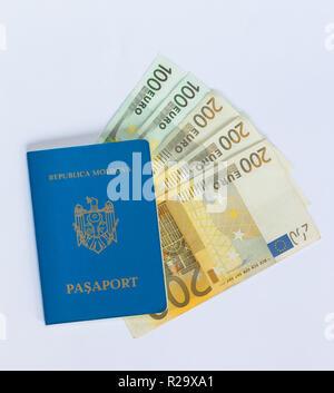 Passeport de voyage moldave bleu portant sur différents billets en euros. Banque D'Images