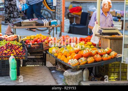 Tirana, Albanie- 01 juillet 2014: les peuplements avec des fruits locaux et de produits laitiers dans les rues de Tirana. Tirana est la capitale et ville la plus peuplée de l'Albanie.
