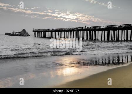 Coucher de soleil sur Gerpinnes Pier et SS Palo Alto naufrage. Banque D'Images