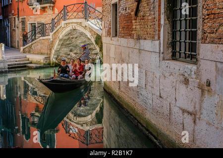Petit canal avec un bateau vénitien classique Banque D'Images