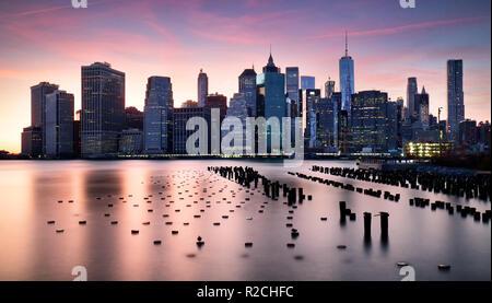 Skyilne Manhattan, New York City au coucher du soleil.