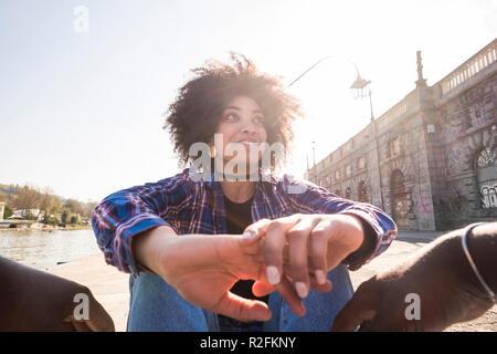 Point de vue des yeux de belle jeune femme black gaie appréciant le couple et l'homme ensemble compagnon s'amuser et de sourire pour la ville urbain en plein air activité de loisirs. première date concept Banque D'Images