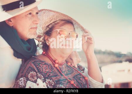 Beautiful couple in love hot pamture les gens à rester sous le soleil avec des chapeaux pour l'ombre. Locations et nice concept de vie pour l'homme et la femme Banque D'Images