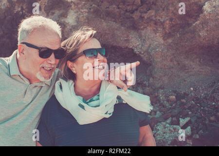 Ensemble à jamais pour de l'homme et la femme caucasian rester ensemble sous les rayons du soleil à l'endroit autour de roches. arrière-plan pour les vacances Banque D'Images