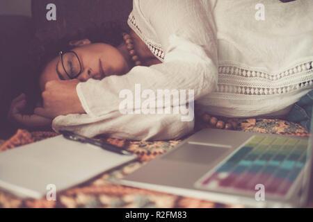 Magnifique lonely woman dormir après un bon travail à domicile avec ordinateur portable. pas d'heures de travail à la maison plutôt que de problème qu'un bureau habituel. alternative de choix de vie pour la liberté et l'indépendance Banque D'Images