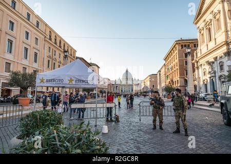 11/09/2018 - Rome, Italie: les soldats de l'armée italienne garde via della Conciliazione au Vatican en face de la basilique Saint Pierre Banque D'Images