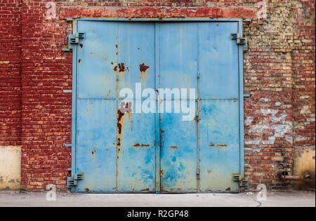 Ancien entrepôt rusty entrée avec mur de brique rouge de texture peut être utilisé pour la conception graphique Banque D'Images