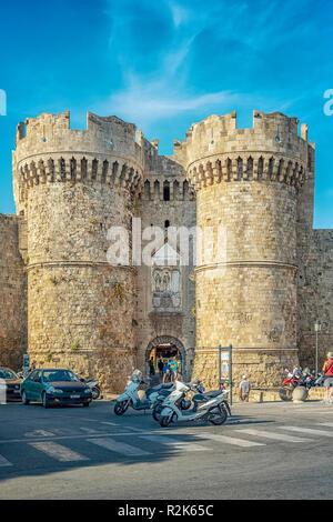 RHODES, GRÈCE - 05 octobre 2018: La Marina gate est l'une des portes de la ville sur le mur de la vieille ville de Rhodes en Grèce. Banque D'Images