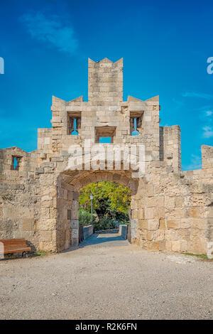 Saint Paul's Gate est l'une des nombreuses portes de la ville sur le mur de la vieille ville de Rhodes en Grèce. Banque D'Images