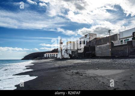 Plage de sable donnant sur la Candelaria, une petite communauté sur la côte nord-est de Tenerife. Banque D'Images