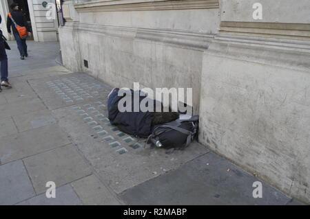 L'homme sans-abri mendier dans les rues près de Piccadilly, Londres, Royaume-Uni. Au milieu de la journée, la fin de l'été, les travailleurs itinérants dort sur dans la rue Banque D'Images