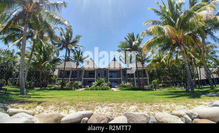 Complexe de l'hôtel en bord de mer entouré de palmiers, de Fidji