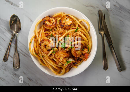 Ragu italienne bucatini alla Bolognese sauce avec saucisse et crevettes Banque D'Images