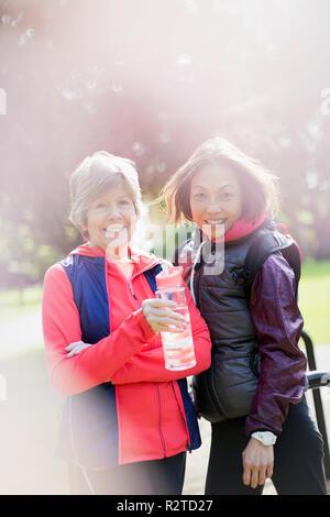 Portrait souriant, confiant senior women in park Banque D'Images