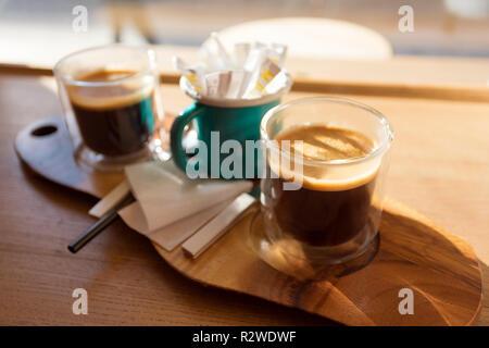 Plateau en bois avec deux tasses de café sur la table devant la fenêtre Banque D'Images