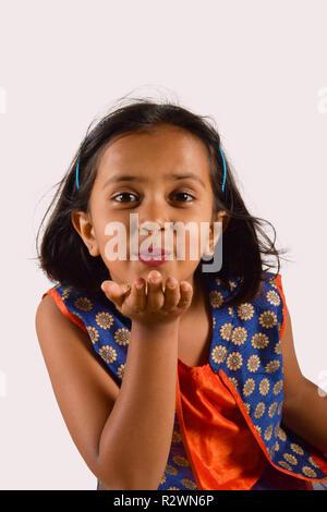 Petite fille donnant un baiser de vol looking at camera. Pune, Maharashtra Banque D'Images