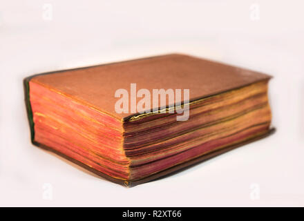 Vieille bible book isolated on white Banque D'Images