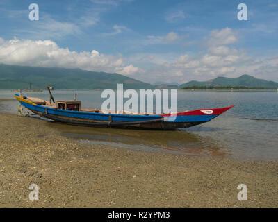 Bateau de pêche sur la plage de Lang Co village Sud Vietnam tour entre une lagune et la mer de Chine du Sud connue pour les fruits de mer Banque D'Images