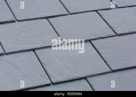 Gros plan du toit en ardoise grise traditionnelle des tuiles sur un toit en pente Banque D'Images