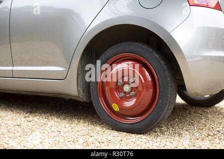 Économiseur d'espace roue et pneu de rechange ou pneumatique monté sur une petite voiture Banque D'Images