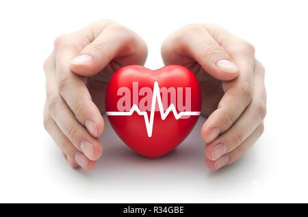 Coeur rouge avec pulse couverts par les mains de l'homme. Banque D'Images