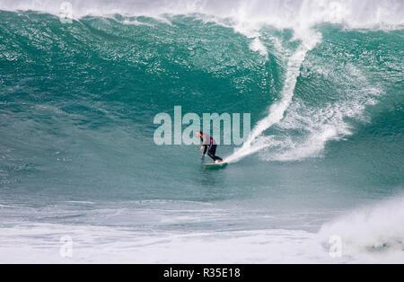Cribbar grande vague surfé par Ben Skinner pro surfer par remorquage dans d'un jetski. Robert Taylor/Apex. Newquay, Cornwall, UK.