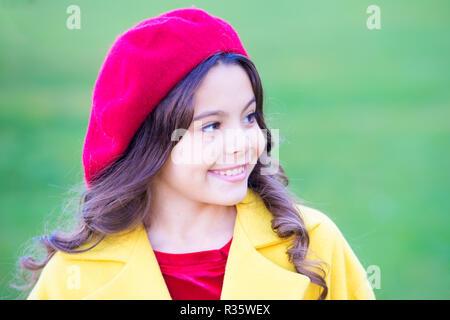 Petite fille avec un chapeau de feuilles d automne jaune Banque D ... 99c6a0d5c26