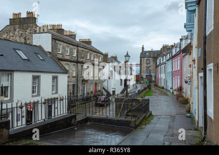 Terrasse Est, South Queensferry, Edinburgh sous un ciel couvert et pluvieux.