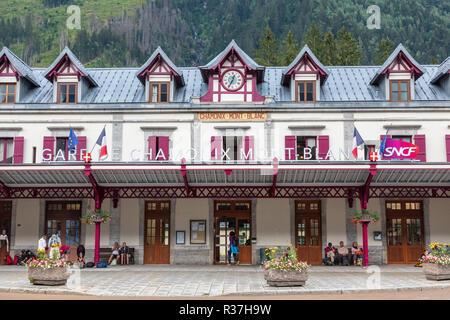 La gare de Chamonix sur le centre de la ville de Chamonix. Les trains vont d'ici jusqu'à l'Argentière, Vallorcine et puis la Suisse ainsi que St Gervais