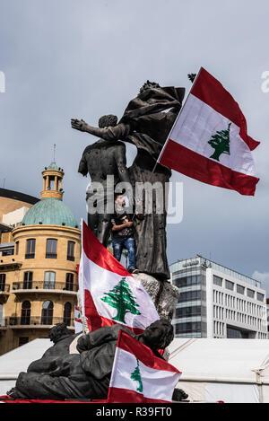 Beyrouth, Liban. 22 novembre, 2018. L'ambiance était dégonflé généralement comme une poignée de manifestants, presque plus nombreux que les journalistes, se sont rassemblés pour protester contre le mauvais état de leur pays, de la gestion de déchets à l'économie, pour qu'ils accusent le gouvernement. Plusieurs ont dit que la célébration de l'indépendance dans de telles circonstances se sent comme une mauvaise blague. À découragée, ils ont admis l'absence d'espoir que les choses vont changer pour le mieux. Credit: Elizabeth Fitt/Alamy Live News Banque D'Images