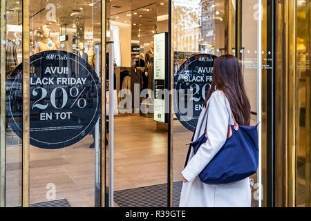 Barcelone, Espagne. 22 Nov 2018. Une affiche commerciale offrant des rabais sur le Black Friday est vu dans une des boutiques du centre de Barcelone. La campagne commerciale de ventes vendredi noir commence à Barcelone. Les principales boutiques de la ville offrent des rabais entre 10% et 40% si l'achat a lieu pendant cette semaine, principalement le vendredi 23. Credit: SOPA/Alamy Images Limited Live News