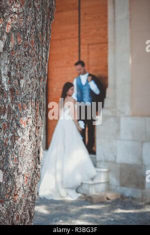 Jeune couple le jour de leur mariage, à la porte de la chapelle Banque D'Images