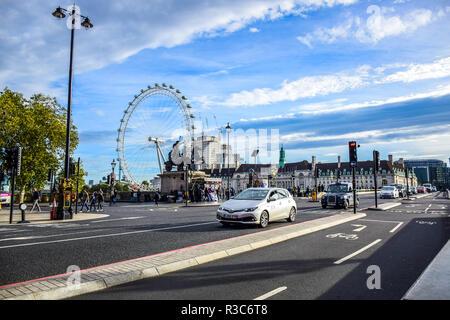 Vue sur le London Eye à partir de Westminster Bridge à Londres, Angleterre, Royaume-Uni Banque D'Images