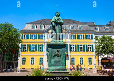 BONN, Allemagne - 29 juin 2018: Ludwig van Beethoven monument et bureau de poste dans le centre-ville de Bonn en Allemagne