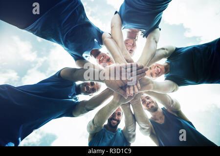 Mettre en place les gens avec les mains empilés Banque D'Images