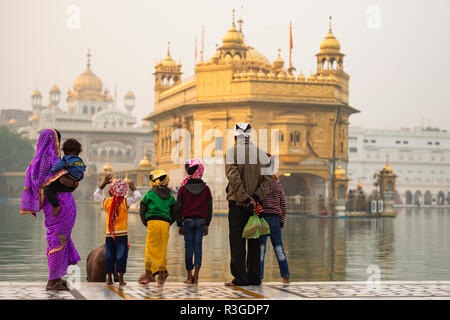 Une famille indienne est d'admirer le majestueux temple d'or d'Amritsar dans l'Etat du Pendjab, en Inde. Banque D'Images