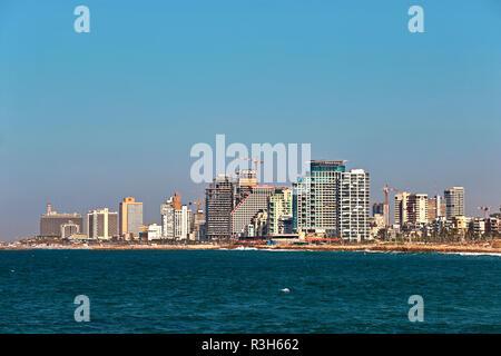 Vue sur la côte de Tel Aviv à partir de la plate-forme d'observation dans la vieille ville de Jaffa. Banque D'Images