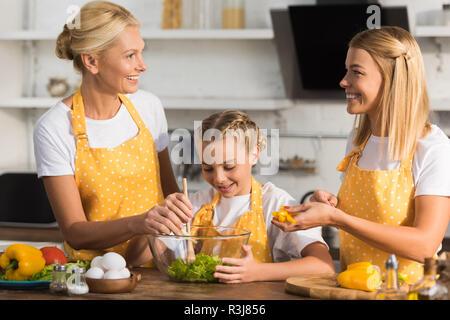 Happy Family salade de légumes cuisson ensemble Banque D'Images