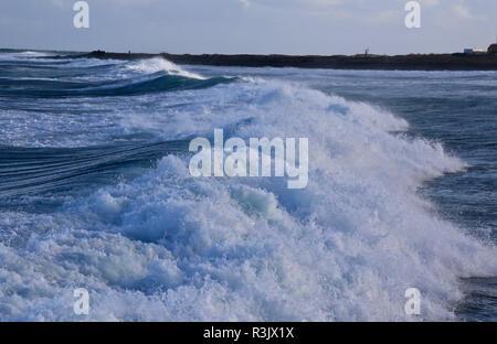 Une grosse vague avec une forte perturbation sur le vent de l'océan Atlantique, près de Las Palmas, la base en pierre volcanique sur la côte des îles Canaries, Espagne Banque D'Images