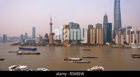 L'horizon de Pudong et de barges sur la rivière Huangpu, Shanghai, Chine Banque D'Images