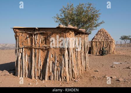Cabane traditionnelle de construction dans un village isolé à l'extérieur de Opuwo, Namibie.