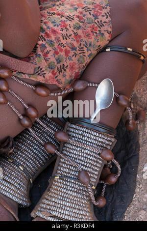 Une femme Himba porte sa cuillère dans les parures de la cheville qu'elle porte tout le temps, dans un village près d'Opuwo, Namibie.