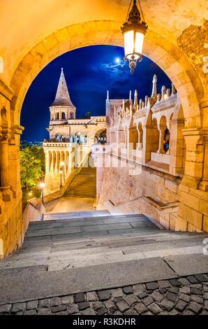 Bastion des Pêcheurs avec tours, construites en heures, au crépuscule néo-roman, Budapest, Hongrie. Banque D'Images
