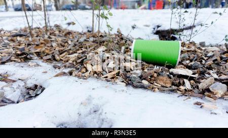 La tasse de café à emporter en plastique trash sur la neige. Banque D'Images