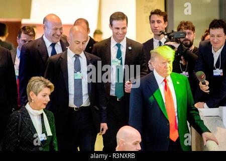 Ancien conseiller économique à l'atout de Donald, Gary Cohn (à gauche) et l'ancien assistant personnel de la Maison Blanche John McEntee (centre) suivre derrière nous le président D Banque D'Images