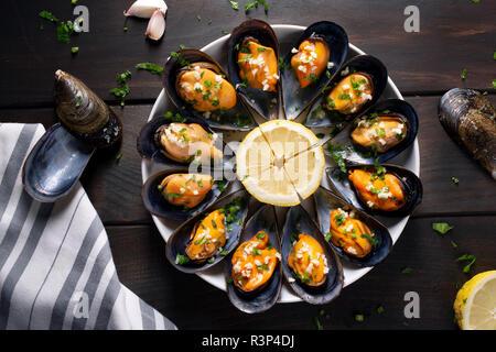 Les moules cuites. Les moules cuites à la vapeur dans une sauce au vin blanc avec le persil et l'ail. De savoureux fruits de mer espagnol recette. Vue d'en haut