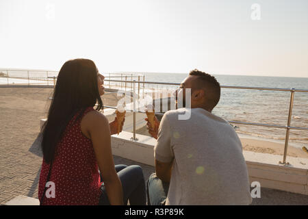 Couple having ice cream à la promenade Banque D'Images
