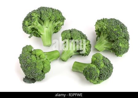 Le brocoli frais isolé sur fond blanc close-up. Vue d'en haut Banque D'Images